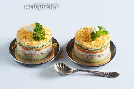 Салат можно декорировать зеленью и завитками из масла, сделанными с помощью фигурной ложки.