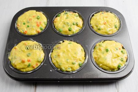 В хорошо смазанные сливочным маслом формы выложить тесто. Поставить в горячую духовку. Выпекать в течение 40 минут при температуре 180°C.