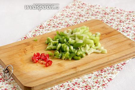 Нарезать острый перец, сельдерей и сладкий перец.