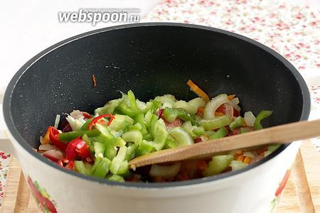 Затем добавить нарезанные сельдерей и перцы. Прожарить всё вместе ещё минут 7.