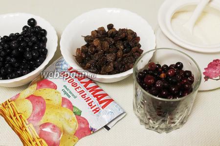 Для приготовления киселя взять ягоды, изюм, крахмал и сахар.