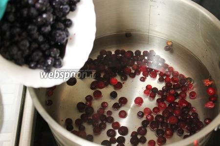 Ягоды промыть и опустить в холодную воду (1,5 л). Довести до кипения и сварить хороший компот, для более ярко выраженного вкуса ягод можно помять (тогда их лучше будет отцедить до ввода изюма). Варить на медленном огне около 30 минут. В конце добавить сахар, регулируйте сладость на свой вкус.