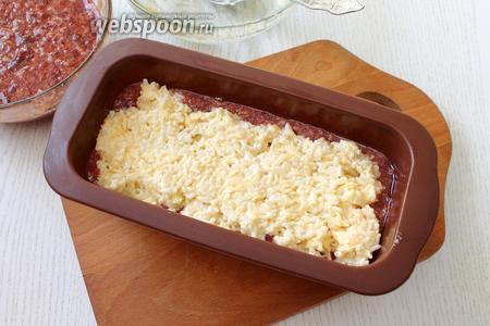 Выкладываем рисово-сырную начинку, разравниваем.