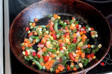 На сковороде разогреть масло, высыпать промытую мексиканскую смесь. Добавить 2 ложки воды и довести под крышкой до готовности и выпаривания всей жидкости.