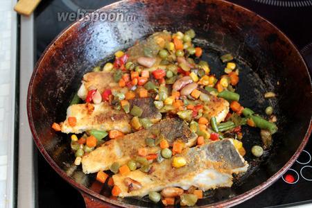 Перевернуть на другую сторону и засыпать рыбу овощами. Довести до готовности и сразу подавать. При подаче на тарелку положить ломтики лимона, чтобы полить её свежим соком.