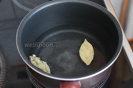 Сначала вскипятить воду с солью и лавровым листом.