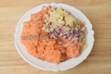 Пропускаем через мясорубку филе лосося, лук и и 1 картофель.