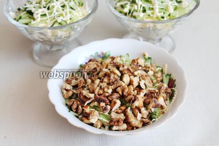 Последний слой — поджаренные орехи, их должно быть много. Украсить зеленью, свежими овощами. Готовый салат отправить в холодильник пропитаться.