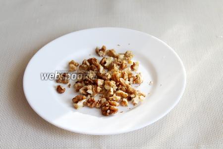 Грецкие орехи крупно порубить.