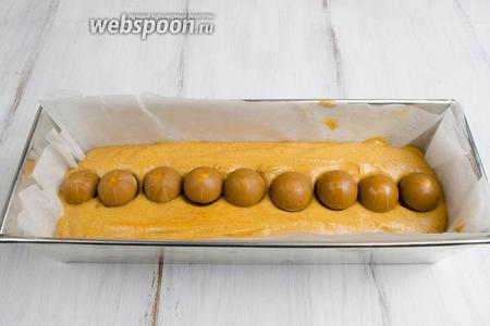 Сверху выложить ещё 1 слой конфет (факультативно, можно лишь 1 ряд).