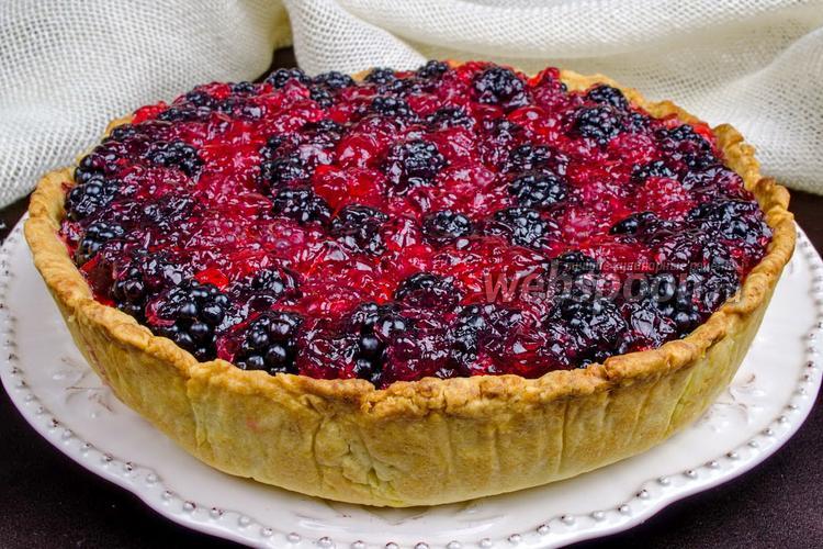 Фото Кростата с ванильным кремом и ягодами