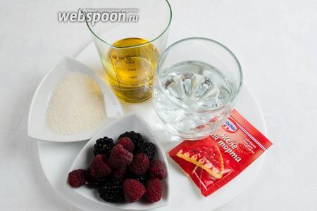 Теперь займёмся начинкой. Необходимо взять ягоды малины и ежевики, желе для торта, воду, сахар и сок.