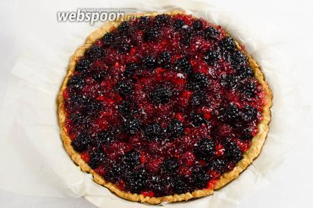 Желе для пирога нанести кисточкой на ягоды, постепенно заливать их, заполняя пространство. Поставить кростату в холодильник, как минимум на 2 часа. Нарезать кростату острым ножом на порции. Подавать на десерт.