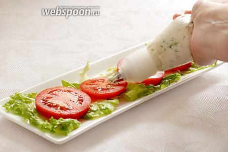 Корнетик наполнить сырной начинкой и выдавить начинку горкой на каждое колечко помидора.
