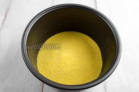 Засыпать кукурузную крупу в чашу мультиварки  (у меня мультиварка Panasonic).