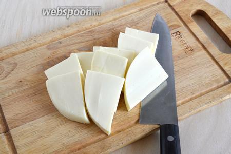 Нарежьте сыр ломтиками толщиной 5 мм.