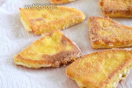 Выложите сыр на бумажное полотенце, чтобы корочка осталась хрустящей.