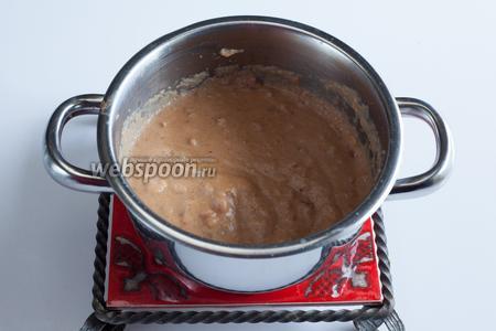 Пряники худо-бедно разламываются, заливаются молоком и ставятся на огонь. Пока смесь греется, её проминают вилкой, до растворения пряников в жидкости. Когда молоко закипит, температуру убавляют на минимум и томят пряничную кашу на слабом огне под крышкой 10 минут. Можно пару раз перемешать. По истечении этого времени, кастрюлю снимают с огня и дают смеси полностью остыть. Если в кастрюле, то это отнимет где-то 1 час, если не жалко пачкать холодную посуду, то быстрее.