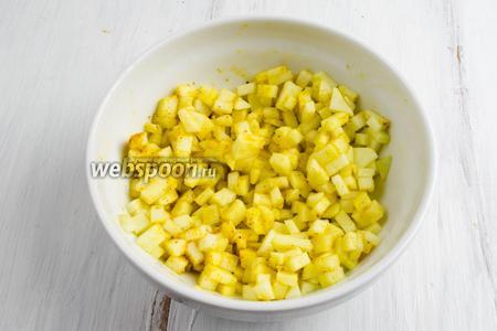 Яблоко очистить от кожуры. Нарезать мелко кубиком. Полить лимонным соком. Перемешать с порошком карри. Оставить настояться.
