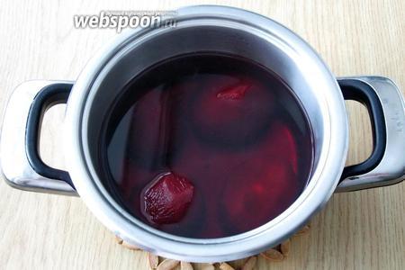 Когда свёкла станет мягкой, достаем её из кастрюли. В отвар свёклы можно добавить 1 столовую ложку лимонного сока или 1 щепотку лимонной кислоты, но это по желанию.
