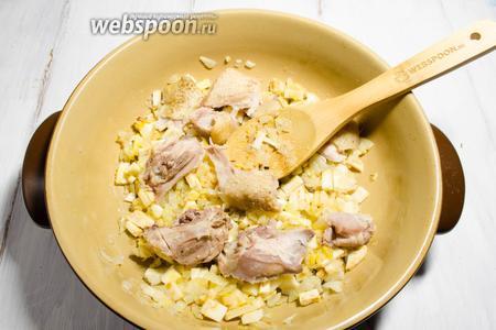 Добавить кусочки мяса частями к луку с мукой, перемешивая, поджарить минут 5-7.