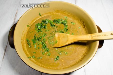 Добавить 2 ложки бульона. Нарубить зелень кинзы. Томить 5 минут, помешивая, чтобы получить единую массу.