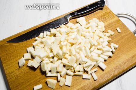 Корень сельдерея очистить. Нарубить кубиком.