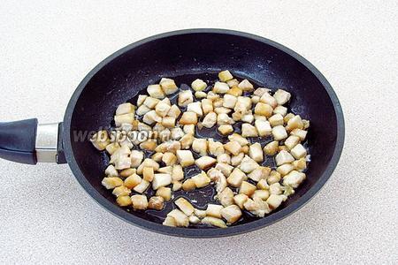 Выложить филе на сковороду с маслом и обжарить до лёгкого подрумянивания, а затем вынуть из сковороды и остудить.