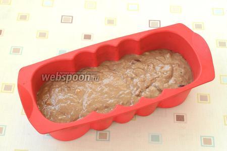 Вылить тесто в силиконовую форму.