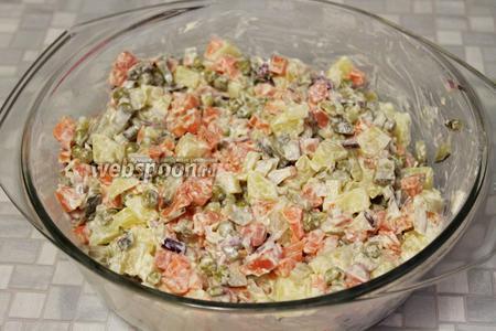 Перемешать, салат готов. Подавать со свежей зеленью.