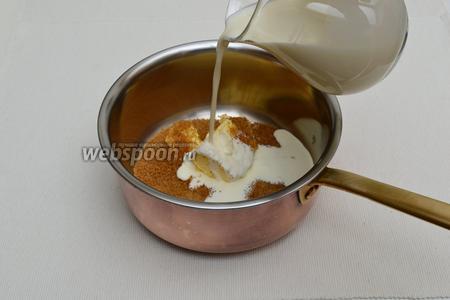 Положить все составляющие, кроме соли и экстрактов, в небольшую кастрюлю или сотейник и нагреть на довольно сильном огне до полного растворения сахара. Постоянно помешивая, довести до кипения.