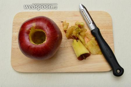 Из яблок удалить сердцевину с семечками, не прорезая его насквозь, так, чтобы получилась некая ёмкость для начинки.