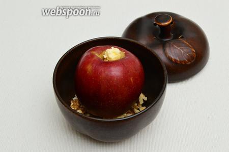 Положить яблоко в форму на орехово-сахарную подложку, сверху на яблоко — небольшой кусочек сливочного масла. Поместить в холодную духовку и установить температуру 190°С, режим «верх-низ». Время запекания яблок в закрытой форме — 35 минут, в открытой — 25-30 минут.