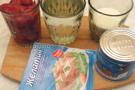 Для приготовления нам понадобятся сгущёнка, вода, сахар, размороженные ягоды клубники, желатин.