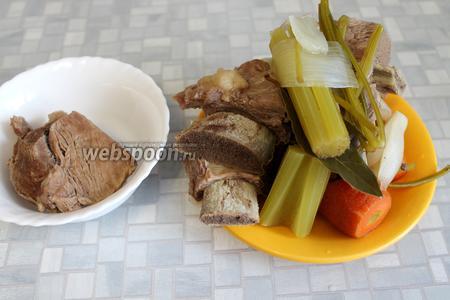 Когда бульон и мясо сварятся, из кастрюли всё вынуть, бульон процедить (если не уследили и мясо сильно кипело, необходимо сделать яичную оттяжку — осветлить).