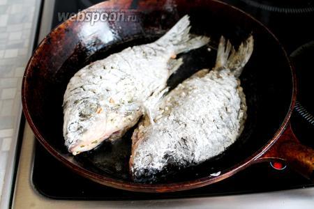Разогреть масло, уложить рыбу, огонь убавить и жарить, прикрыв не полностью крышкой, минут по 7 с каждой стороны.