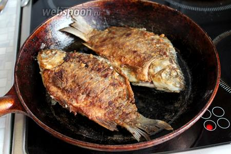 Чтобы определить готовность — чуть приоткройте брюшко и посмотрите на готовность икры, если она ярко-оранжевая, значит рыба готова. Подавать сразу горячей с зеленью.