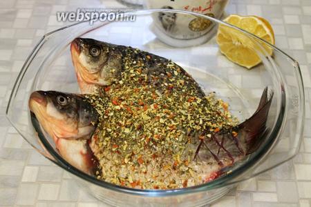 Засыпать смесью пряностей для жарки рыбы снаружи и изнутри.