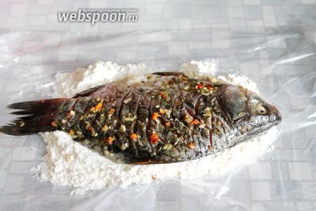 Достать рыбу, не отряхивая размокшие кусочки овощей, запанировать рыбу со всех сторон.