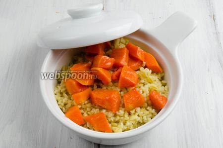Переложить горячую кашу в керамическую кастрюльку. Сверху выложить печёную тыкву. Полить медово-масляной смесью, оставшейся после выпечки тыквы. Накрыть крышкой. Подавать кашу горячей на обед или на ужин.