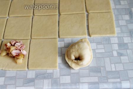 И соединить концы «платочком» (как пельмень). Совет: сразу не раскатывать всё тесто или прикрыть его плёнкой — очень быстро сохнет.