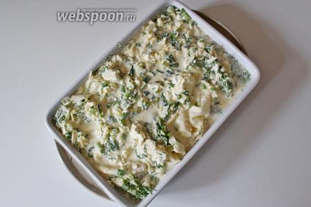 Так заполнить всю форму, а остатки сырной смеси вылить поверх. Выпекать при 190°С 30 минут до румяной корочки.