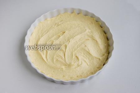 1/2 теста выложите в форму для выпечки, смазанную сливочным маслом.