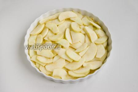 Чистые яблоки разрежьте на 4 части каждое, удалите сердцевину и шкурку. Мякоть нарежьте тонкими дольками. 1/2 яблок выложите на тесто.