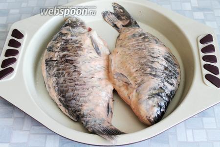 Выложить рыбу в чуть смазанную подсолнечным маслом форму.