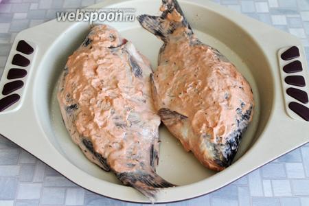 Густо обмазать остатками маринада и поставить в духовку.