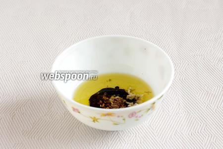Для заправки соединить давленый чеснок, уксус и оливковое масло. Смешать до однородности.