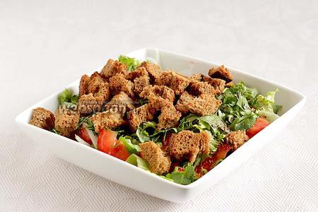 Выложить поджаренный хлеб ко всем овощам, посолить крупной солью, посыпать душистым перцем, полить заправкой и перемешать.