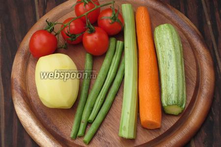 Для приготовления овощного супа нам понадобится морковь, цукини, стебель сельдерея, помидоры черри, картофель и стручковая фасоль.