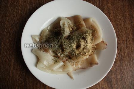 Подготовленные кальмары солим, перчим, посыпаем имбирём, петрушкой и кинзой. Сбрызгиваем соком лимона и маслом, добавляем белок 1 яйца.